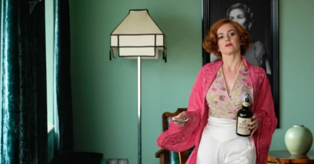 Isla Fisher Discusses Creepy Incidents On The Set Of Seance Comedy 'Blithe Spirit'